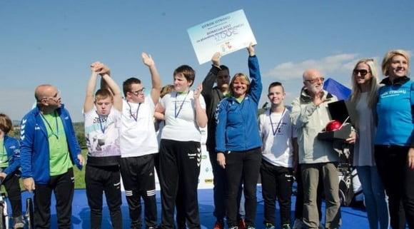 720 otrok skupaj s Skazo priteklo 7.200 EUR za plavalce z Downovim sindromom